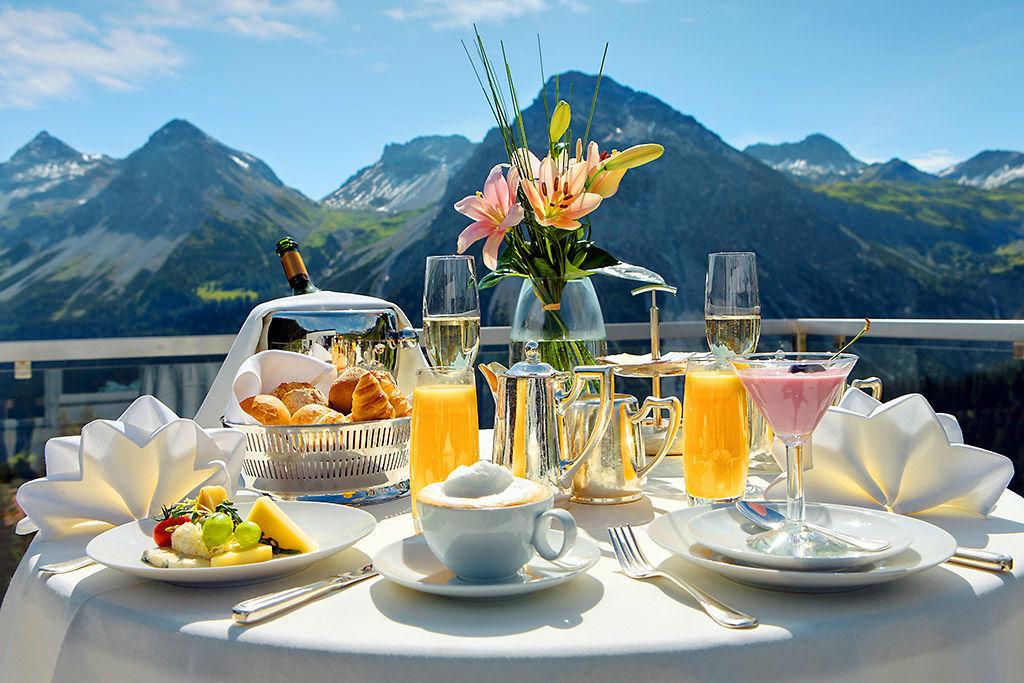Beispiel: Frühstück auf der Terrasse, Foto: Tschuggen Grand Hotel Arosa.