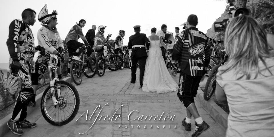 Mar & Julio, Monforte del Cid. Durante las fotos de exteriores, tuvimos la suerte de ser ovacionados por todos los participantes de una competición ciclista. Momento a captar sin duda.