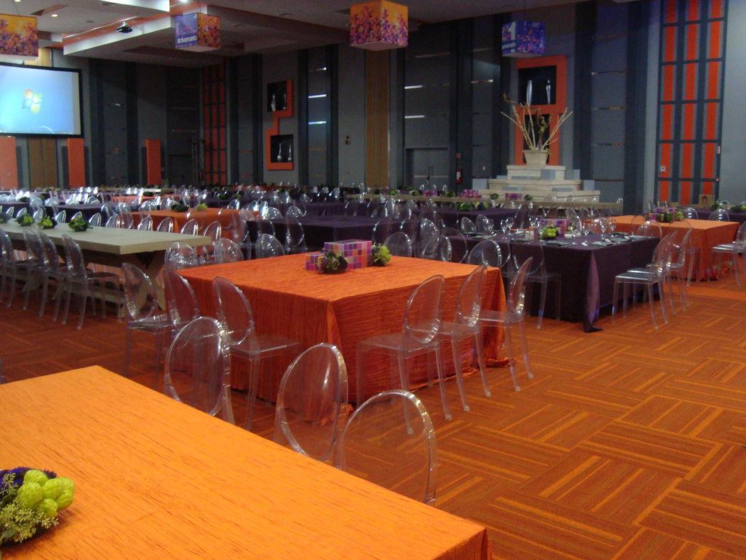 Salón con 7 metros de altura y capacidad hasta de 680 personas.