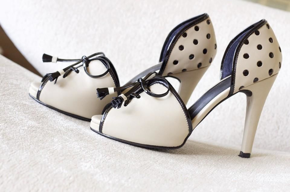 Modelo Milan, polka dots, tiras cruzadas de cuero, hechos a mano by Giorgina Rose Zapatos