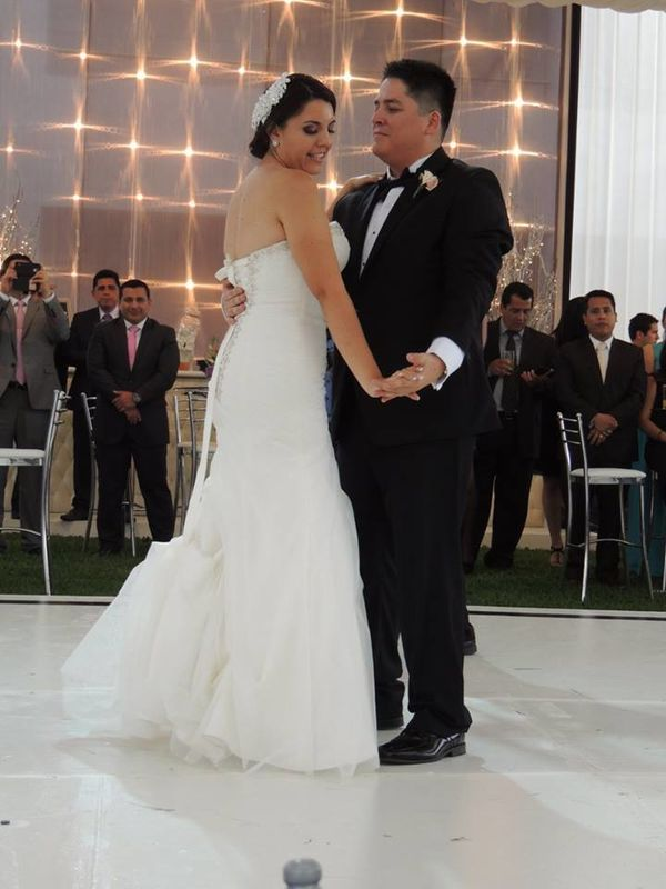 Nuestros alumnos Teresa & Cristhian  en su Primer Baile como esposos, un momento especial que siempre recordarán.