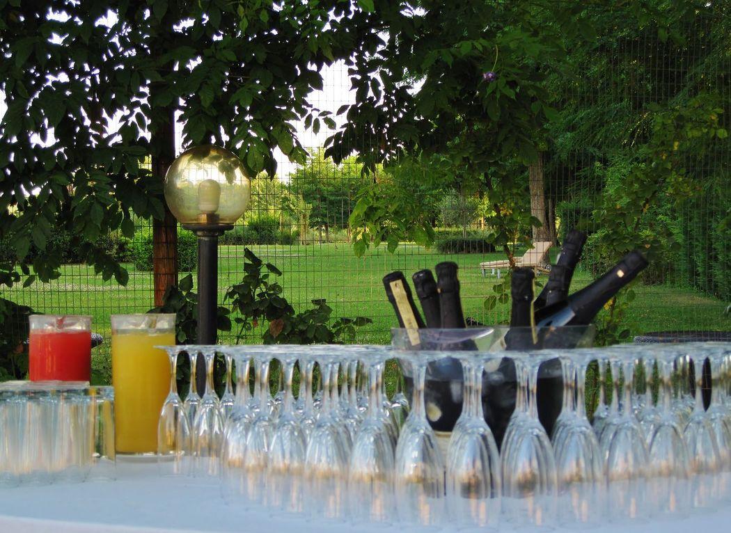 Hotel Certaldo: tutto pronto per l'aperitivo nel giardino privato di oltre 5000 mq