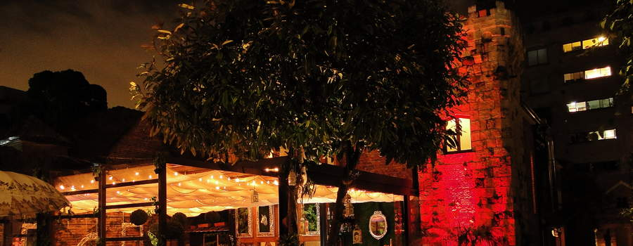 Nuestro experimentado chef nos ofrece a través de su carta un volver a las raíces de la gastronomía francesa y nos pone a la disposición un extenso menú de la gastronomía mas antigua del mundo. El encuentro de dos eras separadas por siglos sucede cuando un plato llega a la mesa, rodeado de una decoración ecléctica y de vanguardia que le aporta al sitio un exclusivo y tan singular ambiente.