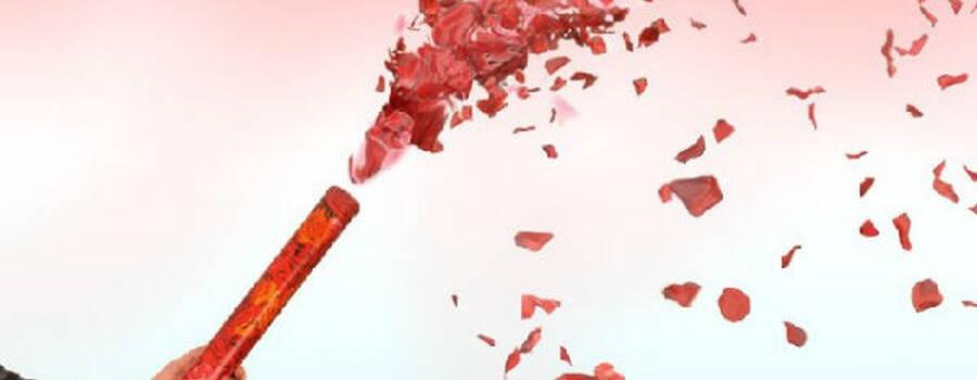 Beispiel: Tischfeuerwerk mit Rosenblättern. Foto: Bellas Geschenkeshop.