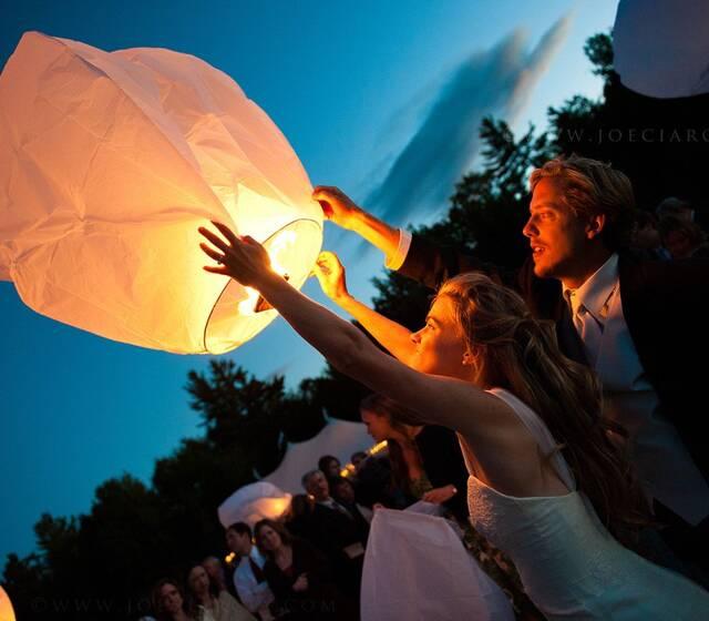 Nada más delicado y mágico que la elevación de Globos Sky Lanterns Premium, deseando buenos augurios con la complicidad de tus invitados.