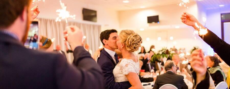 mariés dans salle de réception