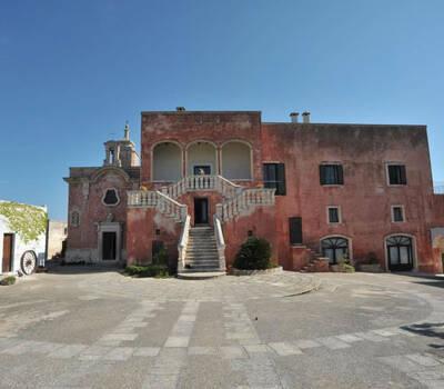 Piazzale principale con cappella