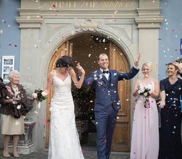 Die Hochzeitsgesellschaft gratuliert dem glücklichen Brautpaar.