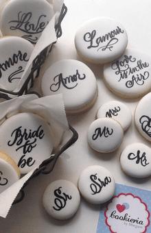 Biscoitos redondos caligrafados, personalizados, para lembrancinhas  Tamanhos 5 cm e 3 cm