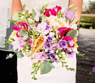 Vrolijk, kleurig en losjes bruidsboeket.