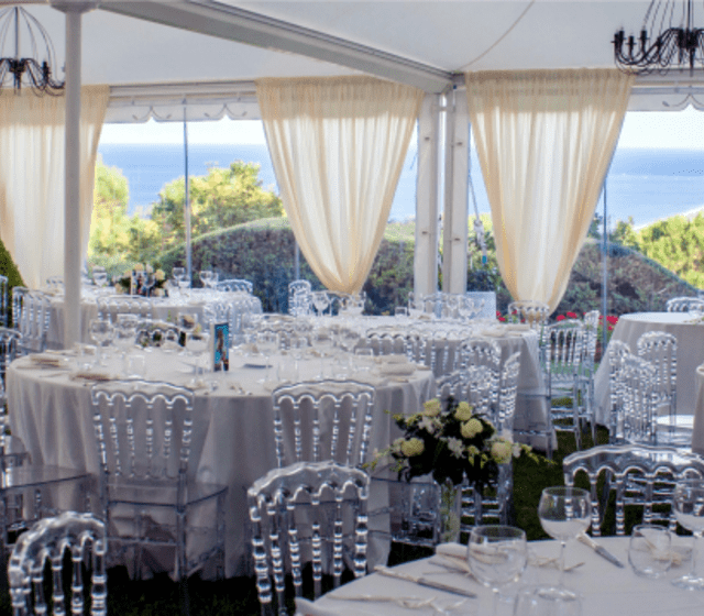 Matrimonio sul prato all'interno di gazebo