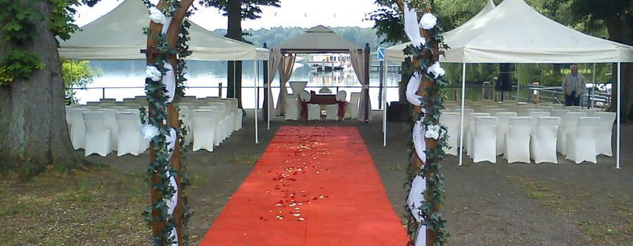 Beispiel: Trauungszeremonie am See, Foto: Hotel am Petzsee.
