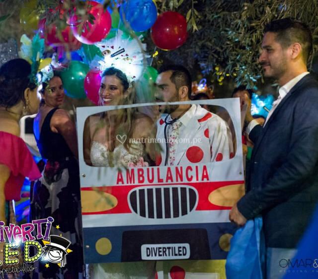 Carro de Ambulancia, nuestros novios doctores no tuvieron mejor idea que presentarse dentro de una para sorprender a sus invitados.