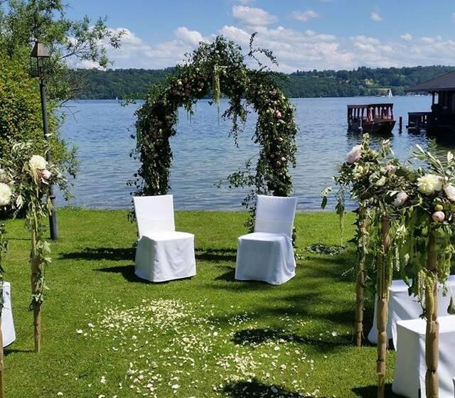 Freie Zeremonie mit Rosenbogen und Bankstäben am Starnberger See
