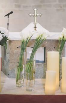 Sencillez en la decoración de esta iglesia, callas y hortensias