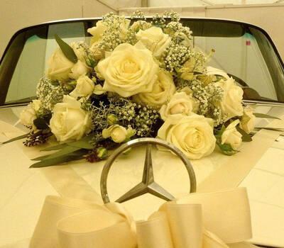 Beispiel: Geschmückter Mercedes, Foto: Die Hochzeitsfahrt.