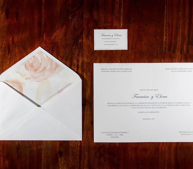 Invitación de corte clásico con sobre forrado artesanalmente y diseñado en exclusiva | Paper Estudio