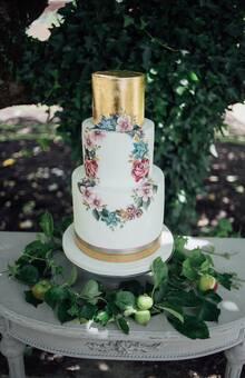 Cake de bodas en jardín.