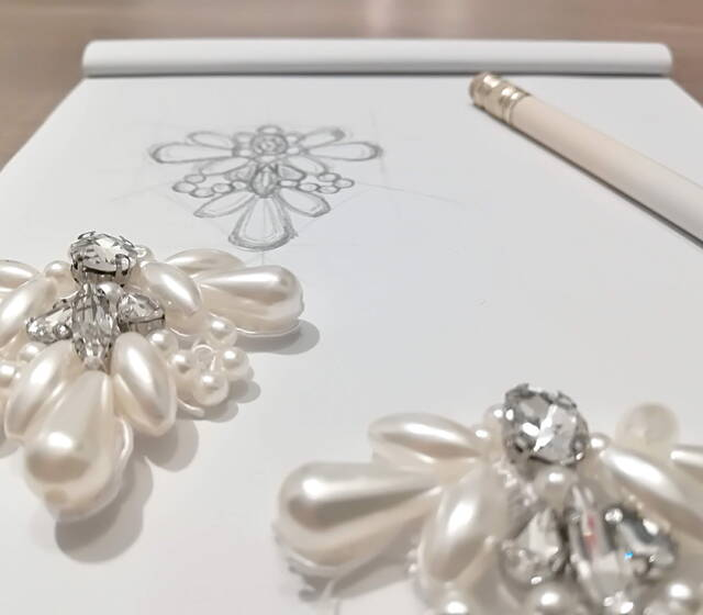 Studio e realizzazioni di accessori gioiello per calzature sposa.