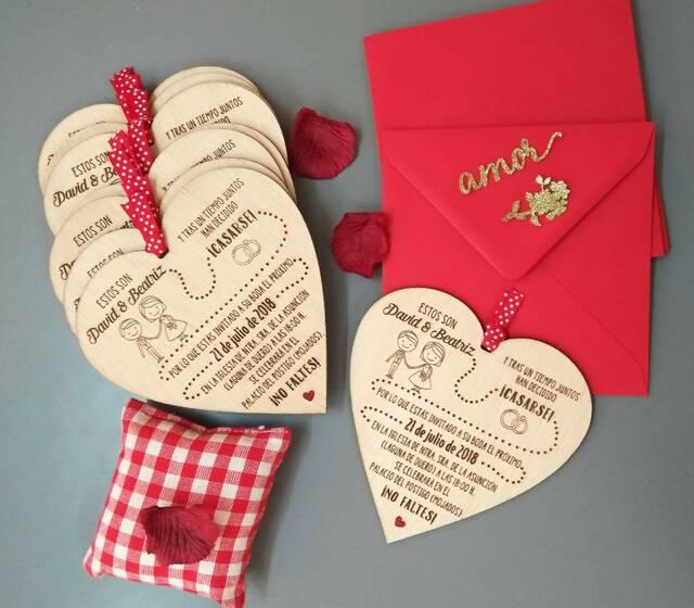 Invitaciones en madera personalizadas.
