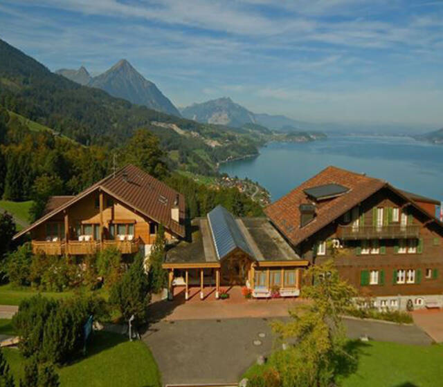 Beispiel: Außenterrasse mit Blick auf den See und die Berge, Foto: Hotel Restaurant Meielisalp.