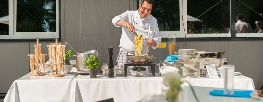 Beispiel: Live-Cooking, Foto: Stroh Catering.