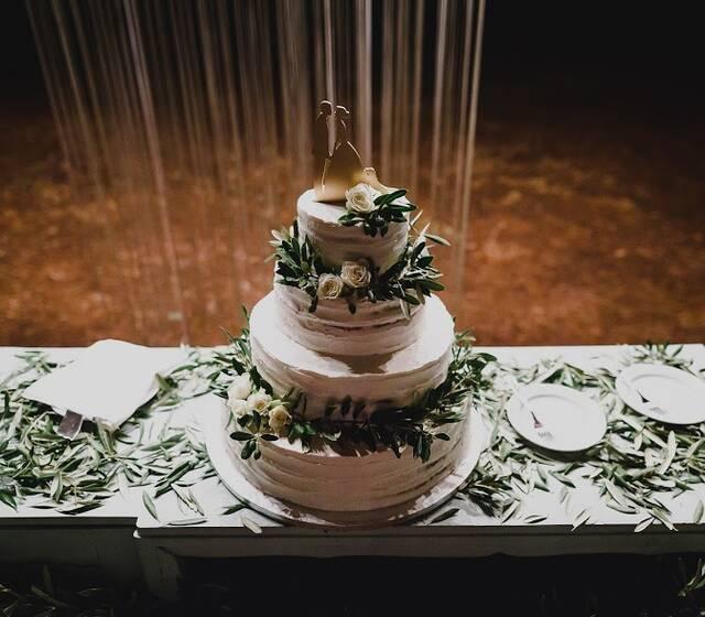 Naked cake decorado com oliveira e rosas