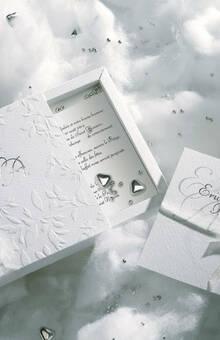 Faire-part mariage ANIMA Sensualité et élégance caractérisent ce faire-part mariage composé d'un couvercle fourreau au motif végétal en relief et d'un étui coulissant de papier écologique, cet écrin de bonheur Anima  se personnalise avec les initiales en finition argent à chaud, et est fermé par un large ruban d'organza écru. A l'intérieur, deux encarts de papier écologique blanc, réunis par un lien d'organza écru, sont prévus pour l'impression de votre texte.
