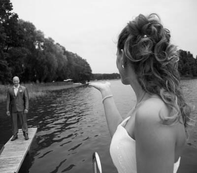 Brautpaar auf unserem hauseigenem Steg Foto: Fabienne Karmann