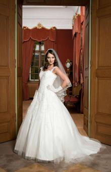 Beispiel: Brautkleider vom Designer, Foto: sunita sood.