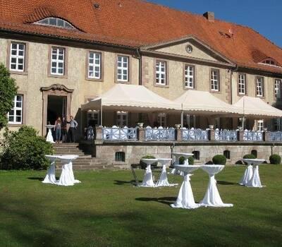 Beispiel: Hochzeitsgedeck auf Terrasse, Foto: Gut Sennickerode.