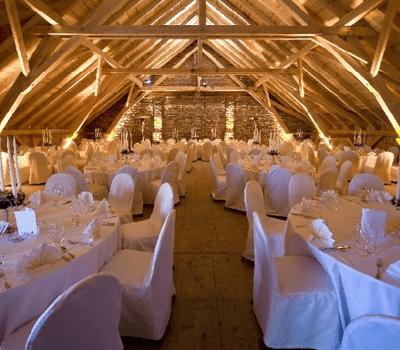 Beispiel: Hochzeitsgedeck unterm Dach, Foto: Gut Thurnsberg.