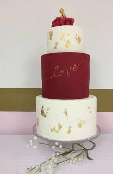 Tarta de boda de L&S decorada con motivos en oro comestible