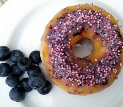 Donut com cobertura de glacé de mirtilo