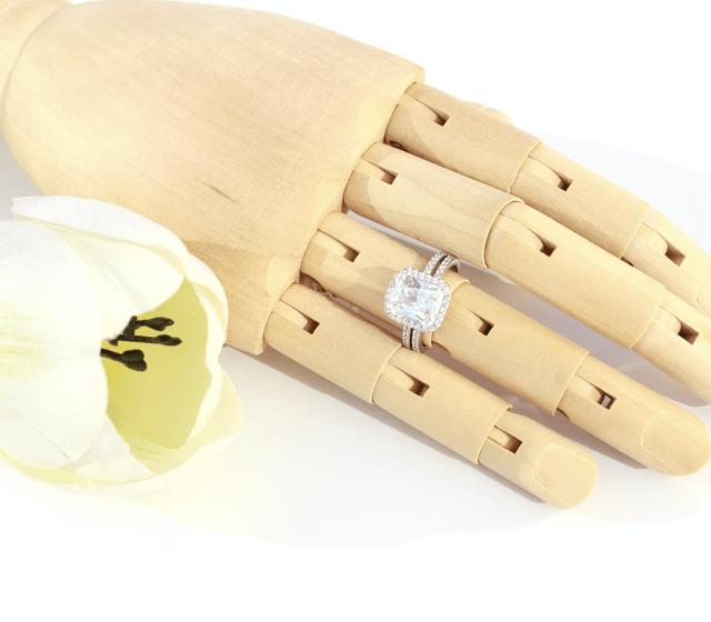 Anel de noivado em ouro branco de toque 800 e zircónias cúbicas. Possibilidade de fabrico em ouro de toque 375, 585, 750 e diamantes ou quaisquer pedras preciosas.