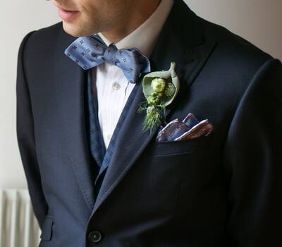 Ensemble de mariage champêtre chic, avec veste fantaisie, gilet à revers et nœud papillon bleus -  Crédit photo: Xavier Hédoire