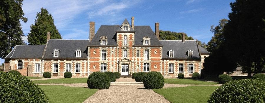 Château exceptionnel pour l'organisation d'une réception en Picardie Situé à 1h30 de Paris, à 20 minutes d'Amiens et à 15 minutes d'Abbeville, le château de Vauchelles, à Vauchelles les Domart, est la destination idéale pour l'organisation d'une réception en Picardie. Le Château de Vauchelles se situe à seulement 3 km de la sortie n° 21 de l'autoroute A16.  Pour un mariage chic Dans l'orangerie du château, deux grandes salles en briques et pierres, largement communicantes, peuvent accueillir jusqu'à 190 personnes assises ou 300 personnes debout. Cette capacité peut être augmentée par l'ajout de chapiteaux. Un grand vestiaire et une cuisine aménagée pour traiteur font aussi partie de l'ensemble. Toutes nos équipes feront de votre mariage un moment inoubliable. Forts de nos 40 ans d'expérience, nous saurons vous aider dans l'organisation et dans le choix de tous vos prestataires : traiteurs, fleuristes, DJ, orchestre, etc.  Pour un séminaire réussi Le château de Vauchelles est un lieu prestigieux pour l'organisation de vos séminaires d'entreprise, à 30 mn de la baie de Somme ! Château de Vauchelles-les-Domart