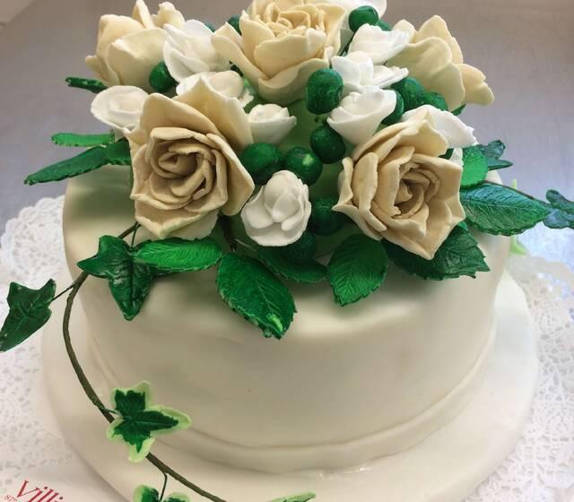 Hochzeitstorte mit modellierten Blumen