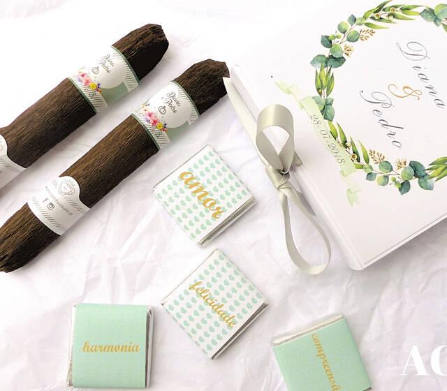 Conjunto de lembranças personalizadas para casal: Caixinha com quatro napolitanas  e charutos de chocolate .