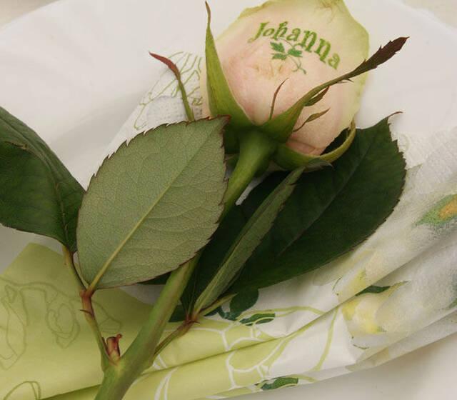 Beispiel: Bedruckte Rose als Namenskärtchen, Foto: Sandra's Blütenzauber.