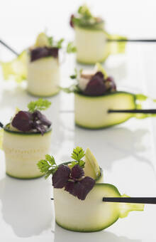 Roulé de courgette terre et mer : anguille fumée et foie gras, pomme verte