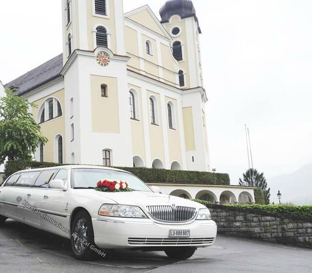 Beispiel: Mit der Limousine zum Traualtar, Foto: Krystal Limousines.