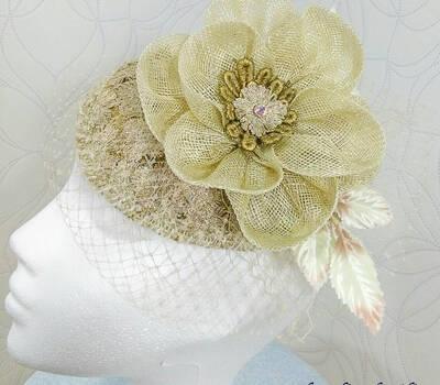 Tocado beige con base de sinamay natural flor de sinamay y velo del mismo tono
