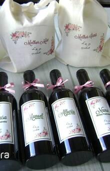Prendas padrinhos: conjunto de cremes com saco e set de vinho em forma de garrafa