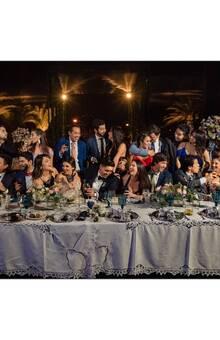 Si los novios comparten su mesa con los mejores amigos, eso merece una épica fotografía