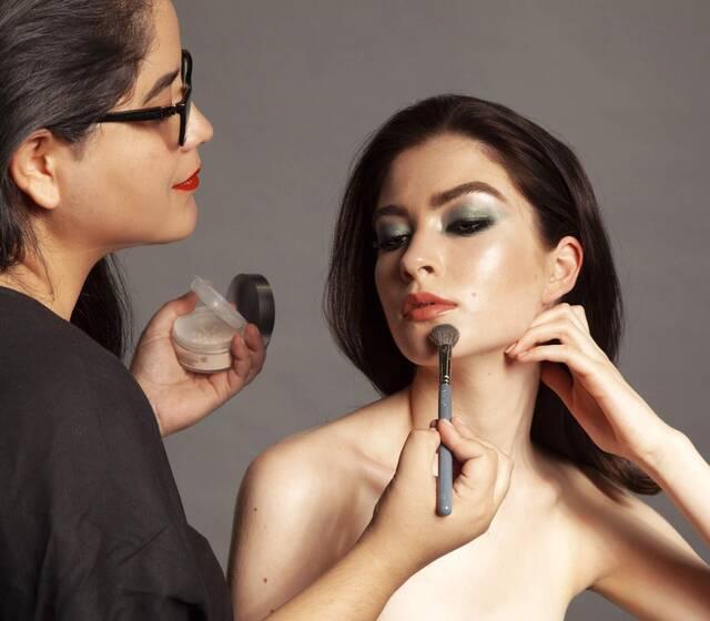 Durante mis capacitaciones de maquillaje de belleza en Europa <3 Desde hace 4 años me formó y actualizo constantemente en Europa para traer las mejores técnicas y productos para mis novias hermosas!