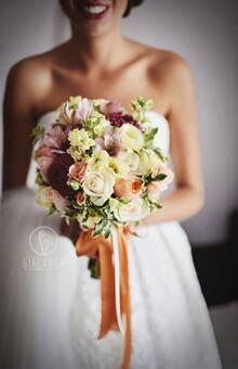 Bukiet ślubny z daliami, lewkonią, pełną różą... Dodatkowo długie, zwisające wstążki fot. http://patrykbrulinski.pl/