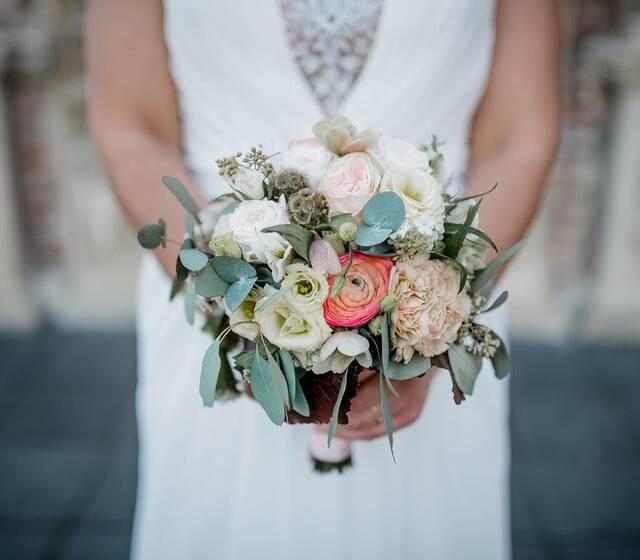 Wir freuen uns immer auf Bilder die wir als Referenzen nutzen dürfen.  Wir veröffntlichen Fotos von Brautpaaren nur auf unserer Website.