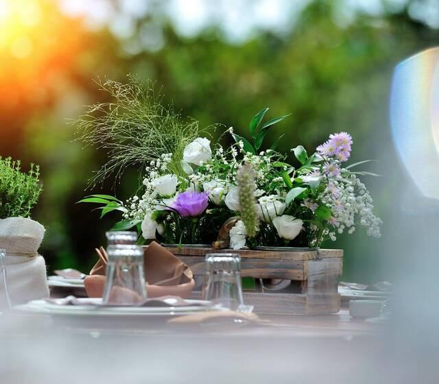 Il nostro staff prepara bellissimi allestimenti floreali per la cerimonia ed il ricevimento