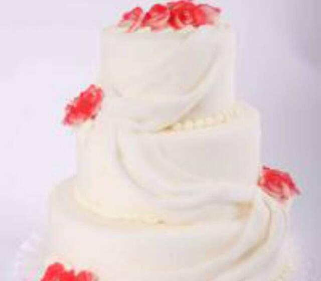 Beispiel: Hochzeitstorte: White Wedding, Foto: Beck Lyner.